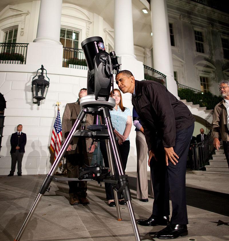 Barack Obama guarda al telescopio