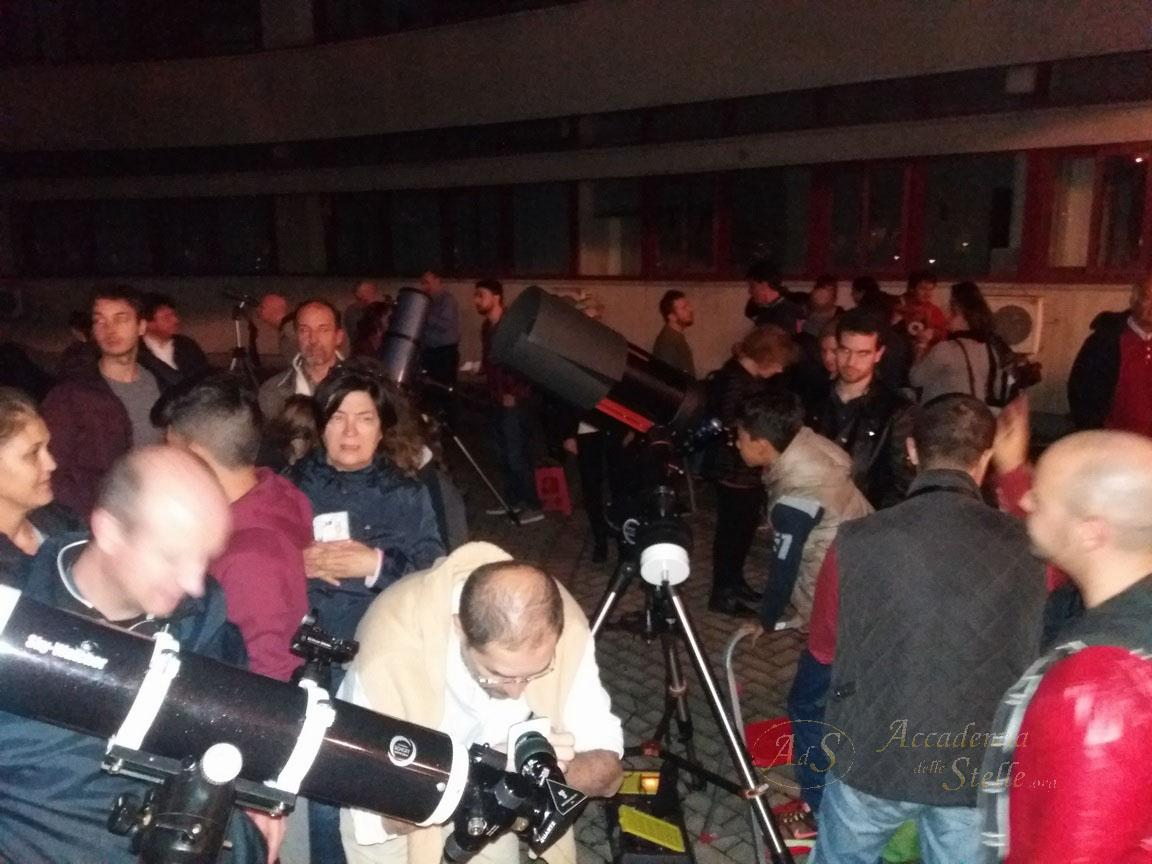 Al buio si attende il magico momento di mettere l'occhio al telescopio