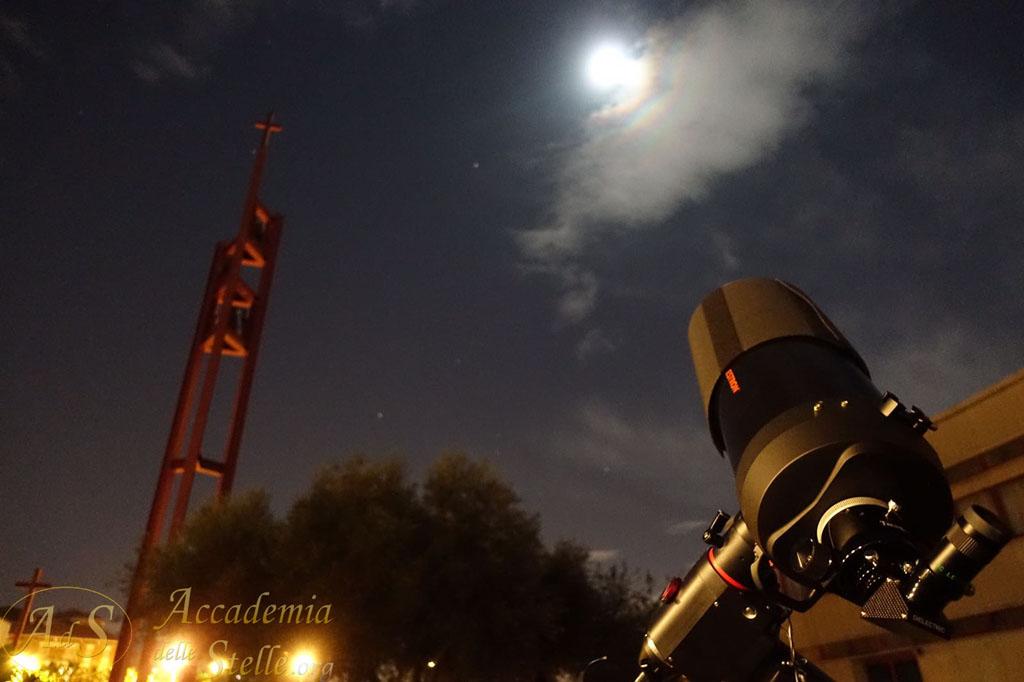 Un'incredibile iridescenza attorno alla Luna al termine della serata del 14