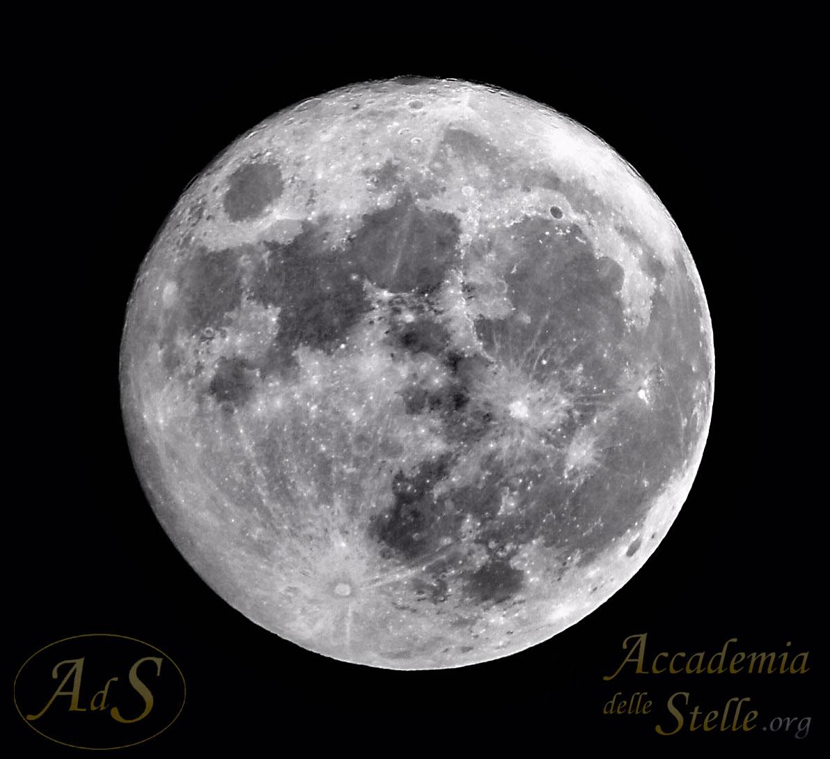 Fotografia della superluna ripresa con un cellulare ad uno dei telescopi messi a disposizione dall'Accademia delle Stelle