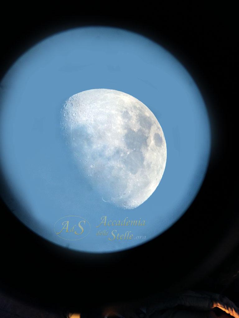 La Luna di giorno nell'oculare del telescopio (tutte le foto astronomiche sono state realizzate con un cellulare)
