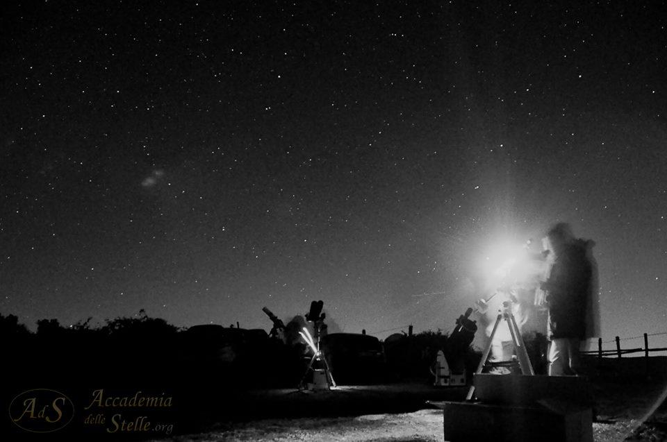Una notte sotto le stelle è sempre un'esperienza emozionante. Specie quando è fatta in un'atmosfera di amicizia e di contemplazione. Foto di Simone Celant.