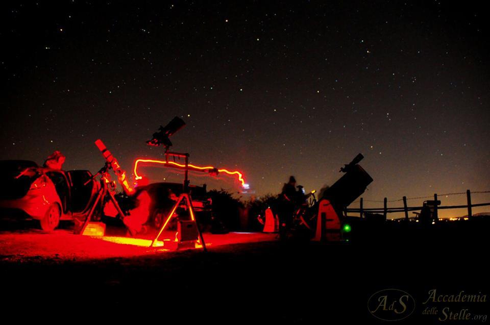 Un momento delle osservazioni. Si notano alcuni telescopi puntati verso il cielo.  Foto di Simone Celant.