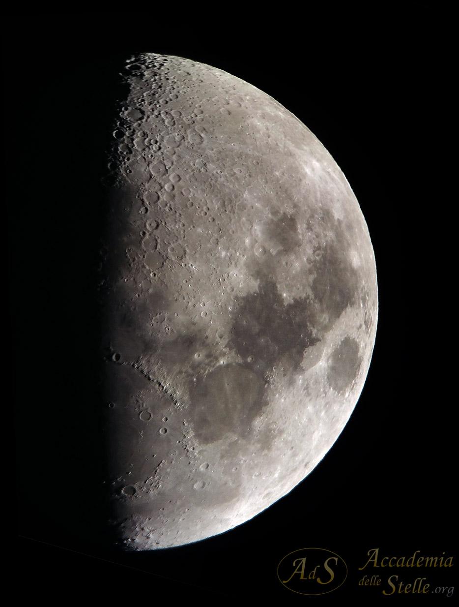 Uno scatto alla Luna in apertura di serata. Foto realizzata con un cellulare all'oculare di un telescopio dell'Accademia delle Stelle.