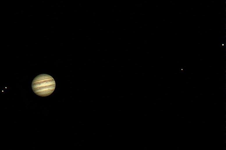 Giove con i suoi satelliti (da sinistra: Io, Europa, Callisto e Ganimede) ripreso da Giovanni Paoli la sera del 19 giugno 2017 con un telescopio rifrattore apocromatico da 115 mm (800mm di focale portati a circa 2 metri per questa foto). L'aspetto è quello classico che si vede osservando Giove con un telescopio amatoriale: le bande sul disco, lo schiacciamento polare e naturalmente i quattro satelliti medicei scoperti da Galileo nel 1609