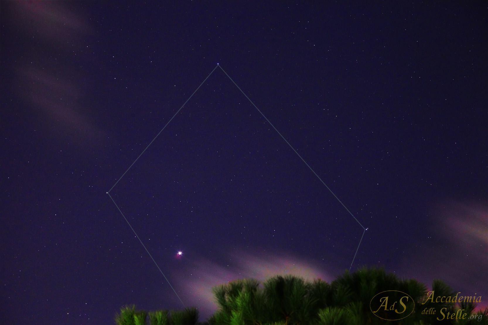 """Giove splende luminosissimo tra le nubi nel cielo di Roma come si vede in questa foto di Paolo Colona. Sull'immagine sono riportate le linee della costellazione della Bilancia, nella quale sta transitando Giove. Le stelle evidenzaite sono (da sx a dx): Gamma Librae, Beta Librae (Zubeneschamali) e Alfa Librae (Zubenelgenubi). Fuori dal campo, invisibile, Sigma Librae. Le due """"stelline"""" che si vedono vicinissime a Giove sono Callisto a sinistra e Ganimede quasi attaccato a destra. Sei secondi di posa a focale di 104 mm, f/63, 6400 ISO."""