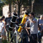 Due telescopi puntati sulla Luna.