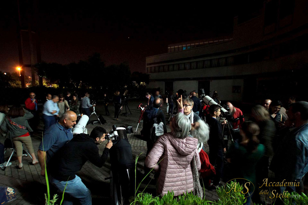 Il piazzale si va riempiendo di curiosi liberi di spaziare tra moltissimi telescopi.
