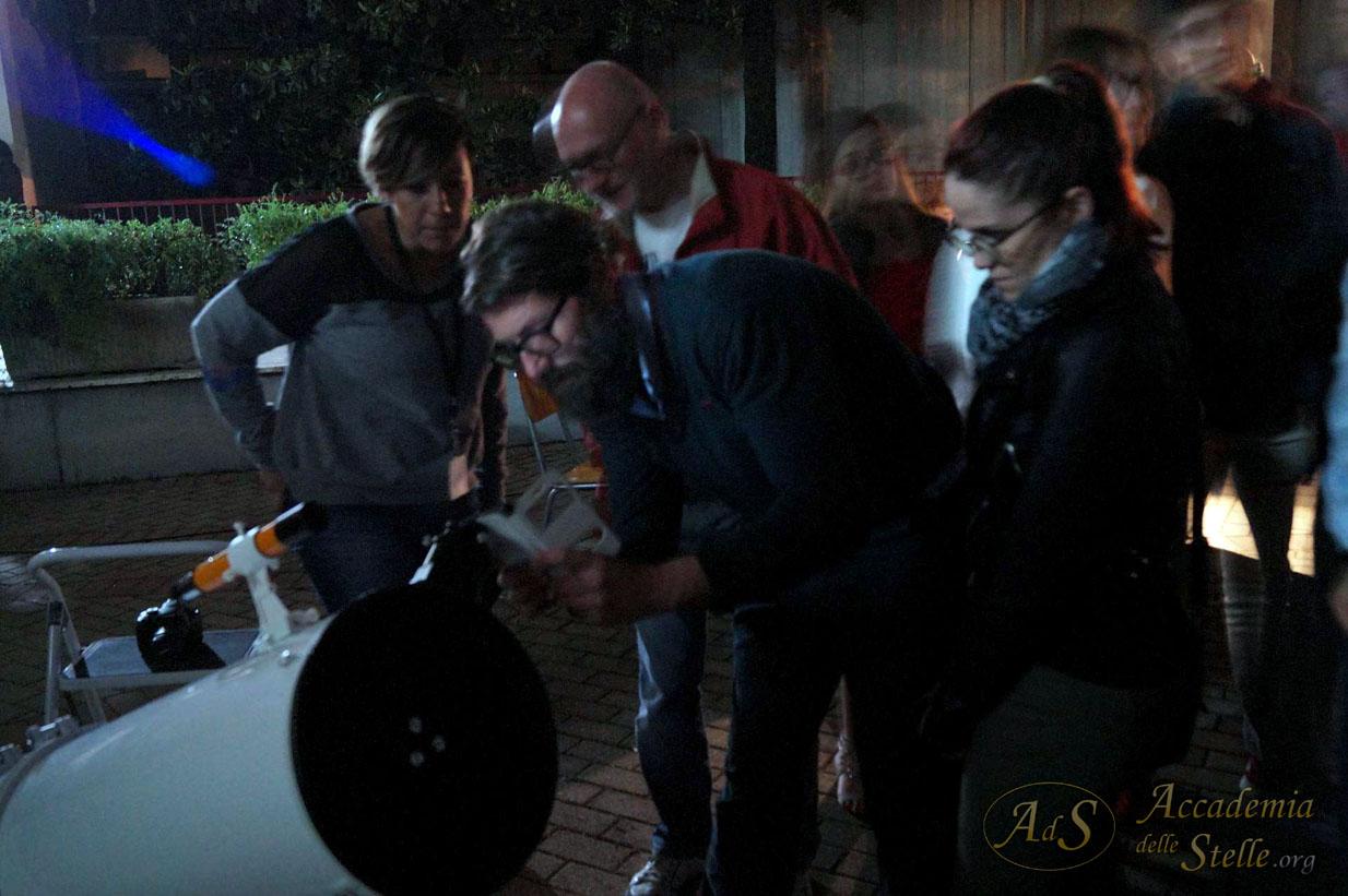 Sì, con un cellulare si può portare a casa una foto di Giove con i suoi satelliti attraverso un telescopio!