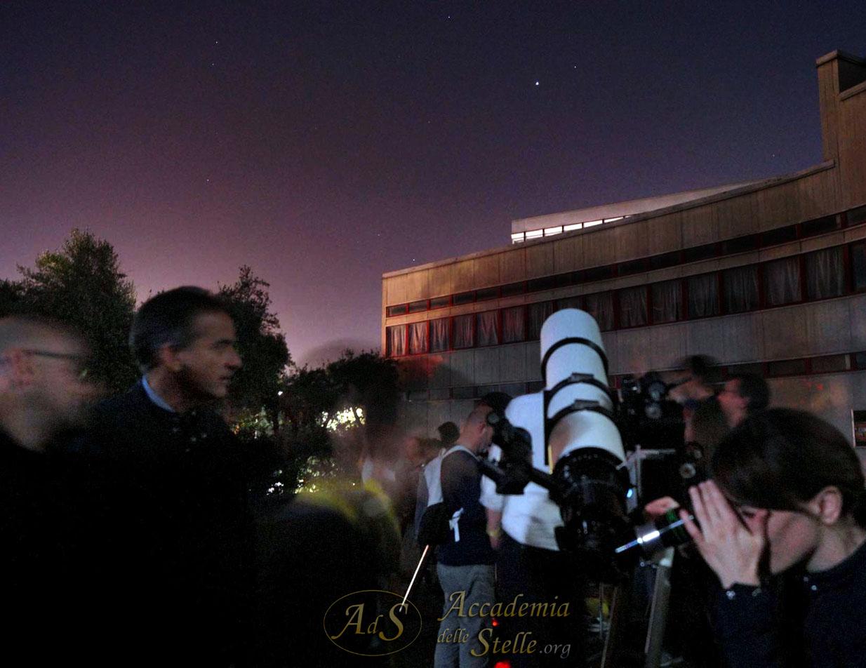 Ecco là Giove, splendentissimo, puntato al telescopio.