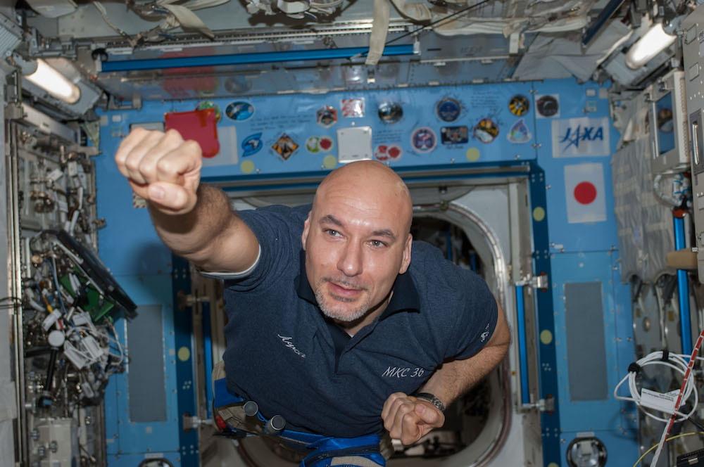 Una simpatica posa dell'astronauta mentre attraversa il laboratorio Kibo in assenza di peso sulla ISS durante la sua precedente missione, il 17 luglio 2013