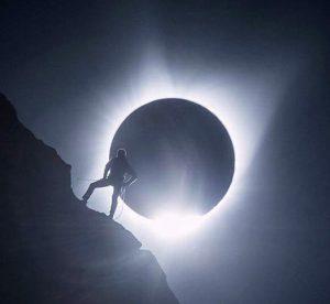 Eclissi con scalatore-