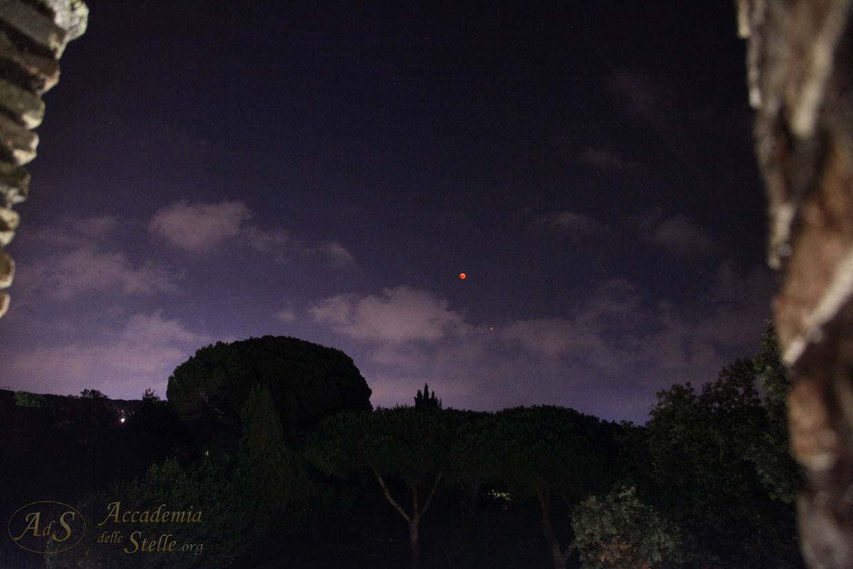 La Luna in eclissi e Marte ripresi tra i merli del Castello di Giulio II ad Ostia Antica. Una parte dell'evento si è svolto anche sulla Rocca, grazie alla disponibilità del Parco Archeologico di Ostia Antica.  [Foto di Paolo Colona]