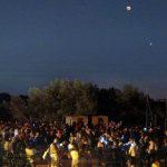 """Le """"star"""" della serata sopra la folla accorsa a San Romualdo per l'evento romano dedicato all'eclissi e alla grande opposizione di Marte."""