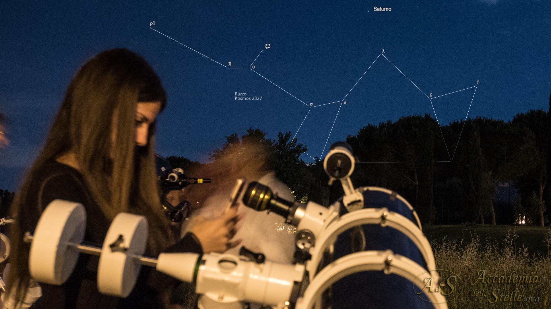 """Fotografando Saturno con il cellulare. Il pianeta spicca sopra la """"Teiera"""" nella costellazione del Sagittario. Ciò che resta di un razzo russo lanciato oltre 20 anni fa lascia la sua scia tra le stelle durante questa foto ricordo della serata."""