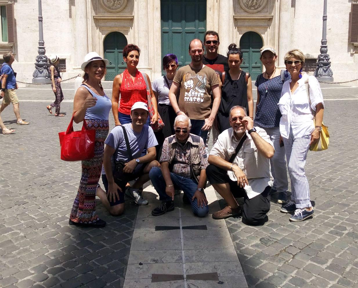All'ombra del gigantesco obelisco di Psammetico II, un tempo gnomone dell'Horologium Augusti, alcuni corsisti assistono al transito sulla linea meridiana: è il mezzogiorno solare vero!