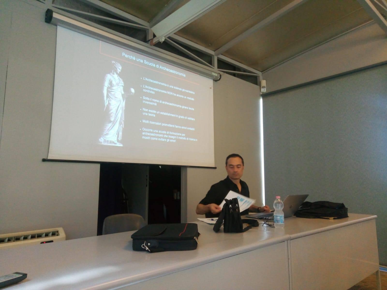 """Una delle prime slides della conferenza introduttiva: """"Perchè una scuola di Archeoastronomia"""""""