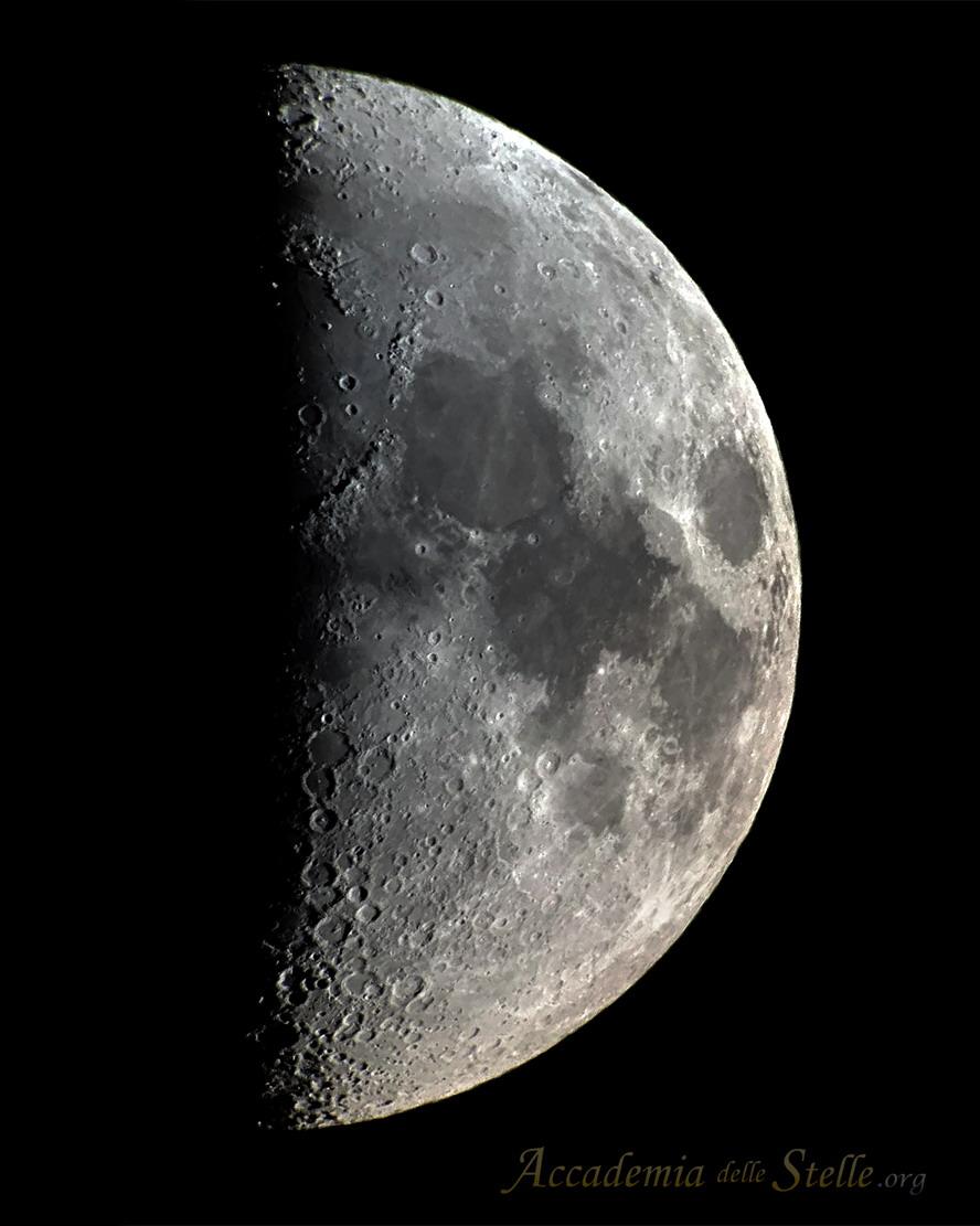 All'inizio della serata è stato possibile ammirare anche la Luna, bellissima come sempre! Eccone una foto di ieri. [Foto: Marcello Barnaba, elab. Paolo Colona]