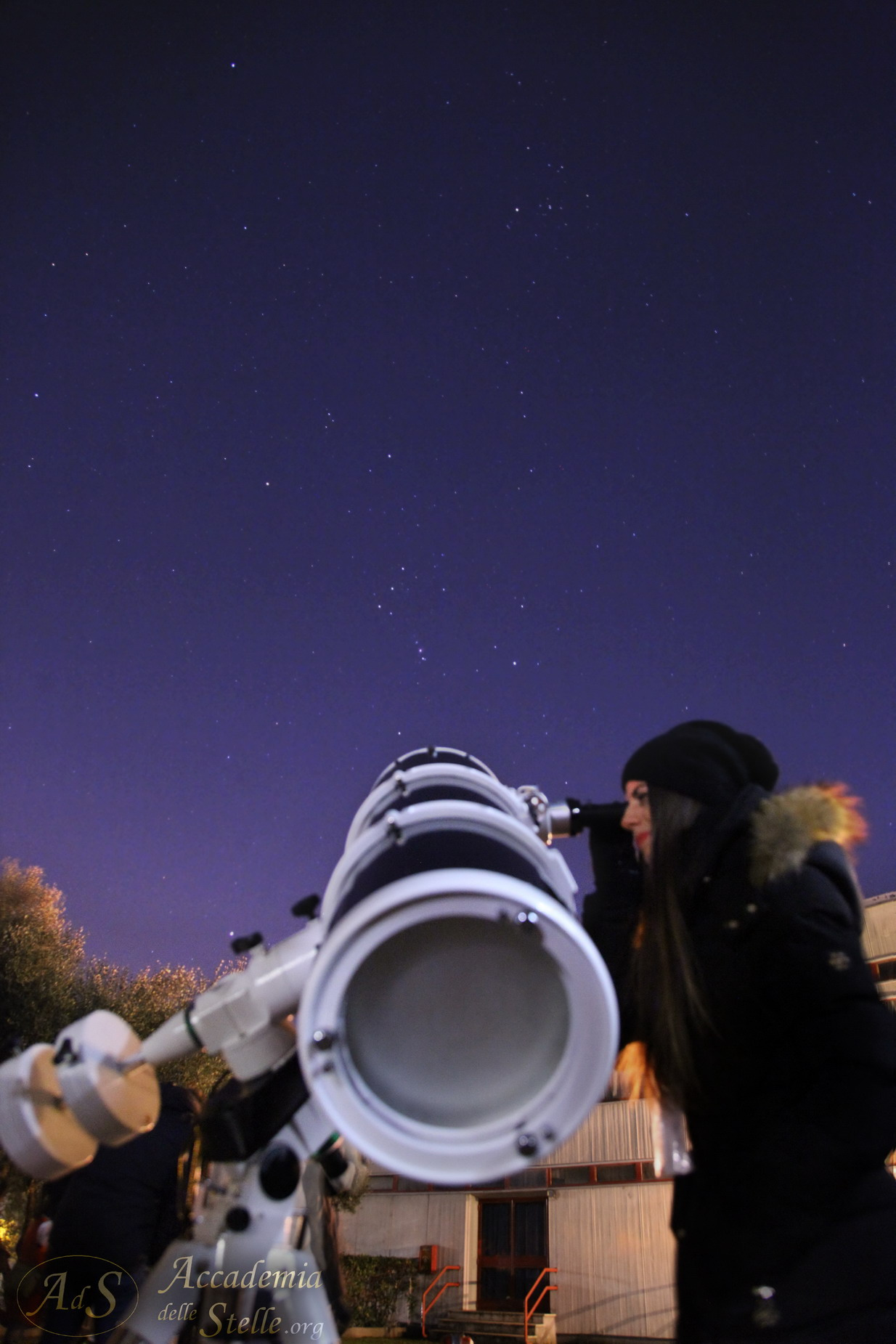 Adryana Kateshiki ed il suo telescopio alle prese con la Grande Nebulosa di Orione al termine della serata osservativa. Nella foto, in alto Aldebaran e le Iadi; sotto, vicino alle manopole del telescopio, la stella più luminosa del cielo, Sirio.