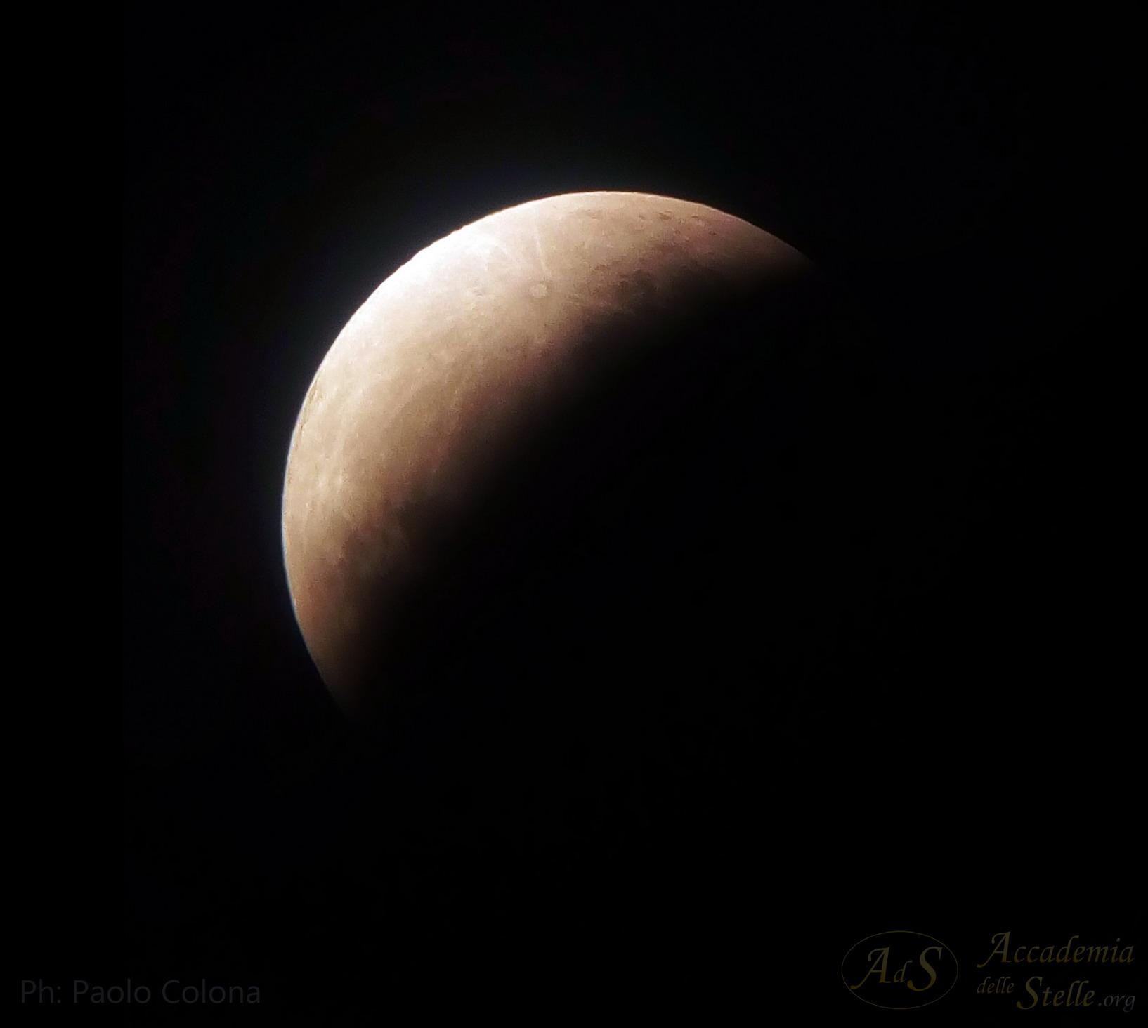 """Incredibile suggestione: la Luna che sparisce """"nel nulla"""", inghiottita dal cono d'ombra terrestre... Lo scatto è stato preso fugacemente col cellulare da Paolo Colona attraverso un Newton da 25 cm."""