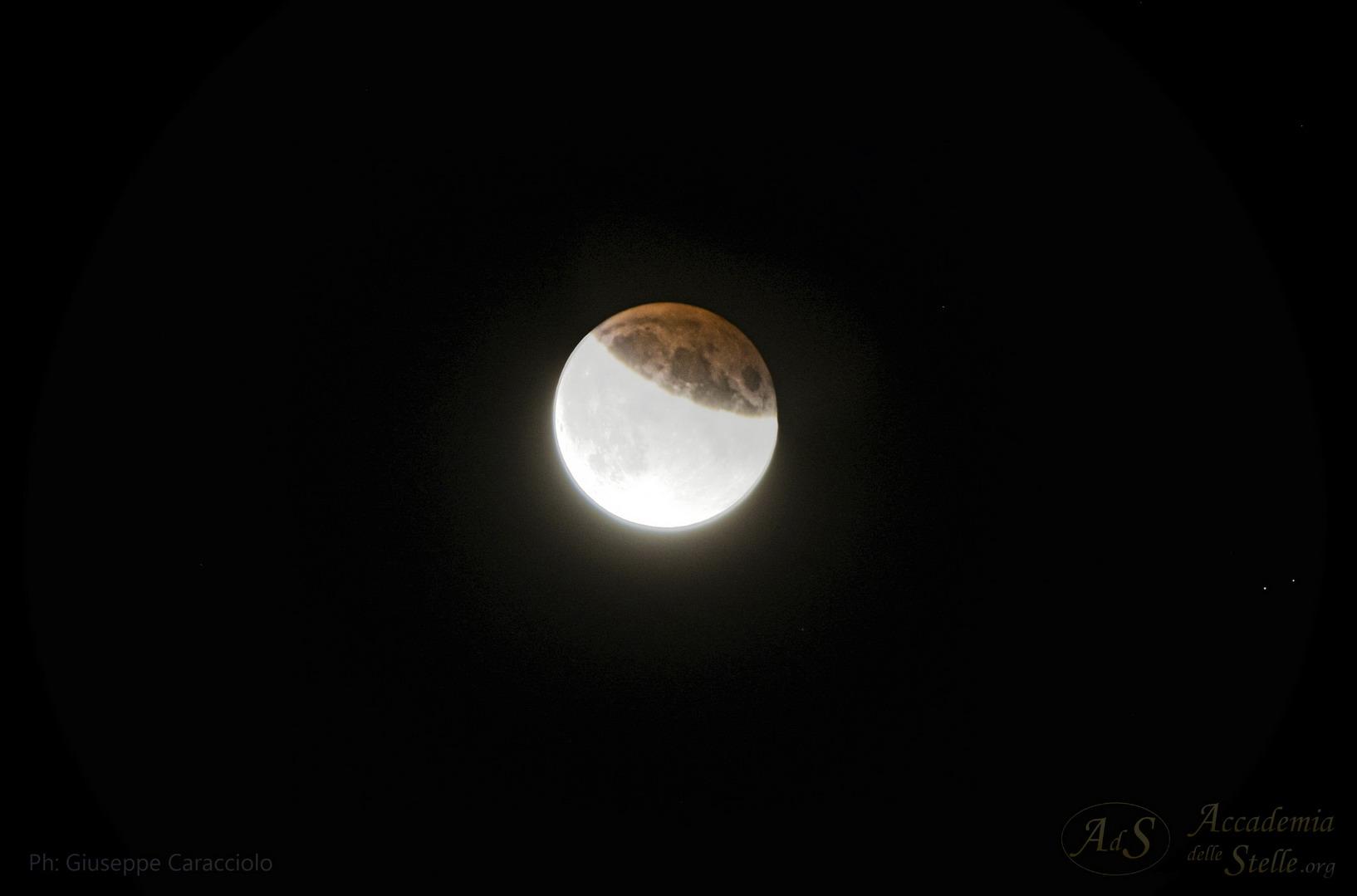 """Dettaglio della parte """"eclissata"""" della Luna: si nota chiaramente la netta colorazione rossa, dovuta al passaggio della luce solare attraverso l'atmosfera del nostro pianeta: come avviene al tramonto, la luce diventa rossa quando attraversa grosse masse d'aria... Foto di Giuseppe Caracciolo."""