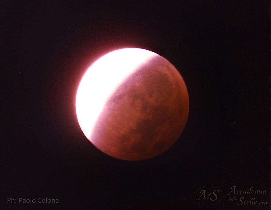 Fase parziale dell'eclisse di Luna del 29 settembre 2015 ripresa da Paolo Colona. Si nota la colorazione rossa della parte di Luna nell'ombra della Terra.