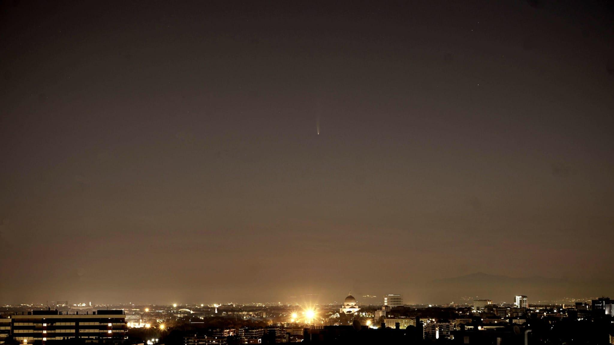 Marco Coppola riprende il passaggio della cometa il 10 luglio sopra la sede dell'Accademia delle Stelle