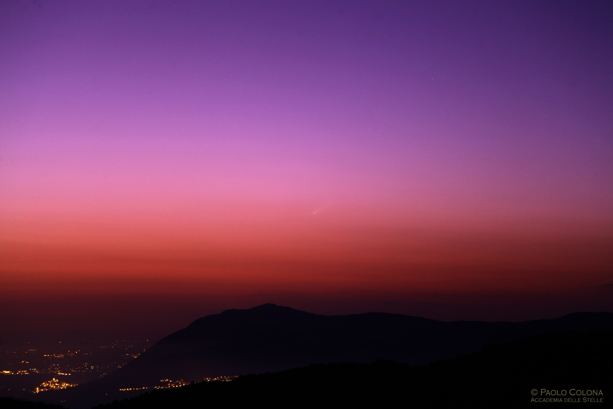 La cometa Neowise fotografata per la prima volta al tramonto del Sole l'11 luglio.