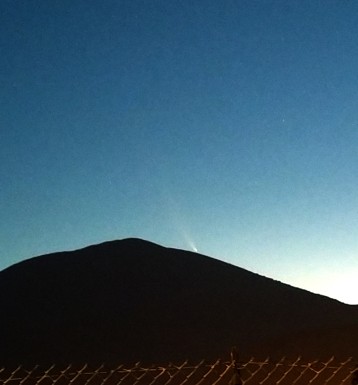 Paolo Colona, ripresa della cometa al termine della visibilità mattutina il 16 luglio. Foto scattata con un cellulare