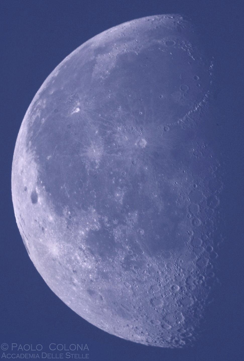 """La Luna di giorno è un """"enigma"""" assai semplice. Ma come potremmo dimostrare invece che la Terra gira attorno al Sole?..."""
